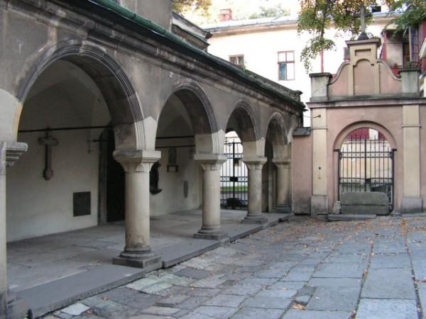 """Дворик Вірменського собору. Місце має бути всім знайоме - тут знімався епізод з """"Трьох мушкетерів"""" (сутичка мушкетерів і гвардійців)"""