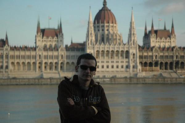 возле парламента в Будапеште