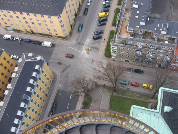 Архитектора этой башни сразу после постройки упрятали в психушку... понимаю за что... фотограф стоит на площадке 50 см. в диаметре.
