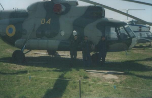 Под крылом,(дайте подумать), а, вертольота о чём-то поёт.....