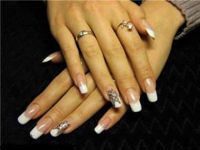 френч + единичная роспись на ногтях.