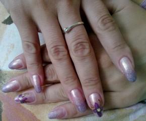 арт-френч на натуральных ногтях + фиалки. цвет подбирался под платье. Фон- нежный персиковый переходит в нежно- сиреневый