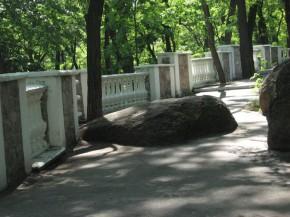 класичний парк ростуть дерева й брили