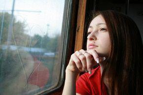 Поезд увозил меня все дальше от тебя и только сердце, нарисованое тобой, грело меня..