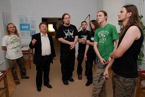в музее города директор музея проводит нам экскурсию) Дембица, Польша 19/06/2008