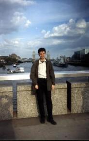 Облака выглядят как нарисованные Я усталый но страшно довольный после многочасовых шатаний  2004год,Лондон