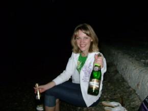 Шампанское, на берегу, под шум прибоя.....