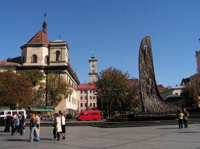 Частина пам'ятника Шевченку, верхівка костьолу ієзуїтів та шпила ратуші на задньому плані