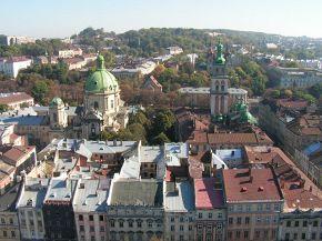 Вид з ратуші Попереду - Домініканський собор та Успенська церква