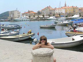 Я на камешке лежу:-)))