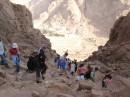 Ступеньки, по которым люди возвращаются с горы Моисея