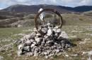 """Турик обозначающий дорогу на плато """"Караби яйла"""", АР Крым, сооружен неизвестными из камней, костей животных и убитого колеса."""