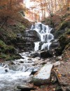 Водопад Шипот находится на речушке Пилипец в 6 км от с. Пилипец Межгорского р-на на Закарпатье. От Межгорья ехать 5 км по трассе и потом в сторону еще 5 км.