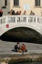 Венеция. Парочка под мостом