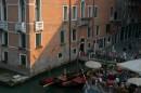 Венеция. Гондолы у кафе