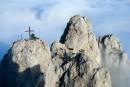 Туманная Ай-Петри сказочна и неповторима. Густые облака плотно укутали подножье горы. Теряешься в пространстве и времени...