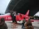 навчальний літак Л-39Д. Публіка цікавиться приладами у кабіні
