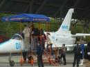 Для бажаючих зазирнути в кабіну навчального літака Л-39 поставили помост під навісом