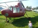 Вертоліт Мі-1 червоного кольору - такий самий, як на сувенірному магнітику