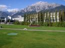 вдалеке - Австрийские Альпы, за деревьями - завод по изготовлению хрусталя Сваровски, перед входом в музей (Ваттенс, Австрия)