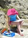 Дівчинка творить морські пейзажі...