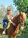 Моя любимая тёща обожает лошадей. В выходной день я с женой отвёз тёщу покататься на лошадях.