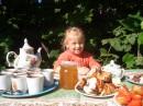 Летним днем хочется собраться всей семьей за столом на свежем воздухе и отведать свежесобранного меда.
