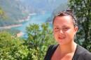 Всеми  цветами радуги переливается бирюзовая поверхность Пивского озера. Глядя на изогнутое малахитовое блюдце, невольно задаешься вопросом - неужели оно появилось благодаря человеку? Для обслуживания плотины на одном из берегов Пивского озера был построен живописный городок черногорских энергетиков – Плужине.