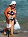"""Пожилая женщина. любительница моря и пляжа несмотря на сложности передвижения.. В общем - """"С песней по жизни!"""")"""
