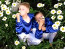 мальчишки  спрятались в ромашках после концерта,чтобы отдохнуть и насладиться красотой природы