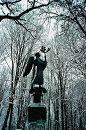 Бронзовая скульптура ангела - продолжение души парка. Творение природы и рук человека смотрятся, как единое целое.