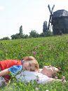 Після довгої прогулянки музеєм під відкритим небом Пирогово, я лягла в конюшину відпочити, пригорнувши свого синочка, і гріючись в променях сонця, що котилося до горизонту