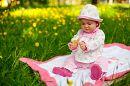 Первая весна! Первые цветы! Ребенок взял в ручку цветочек и так искренне ему радуется. Вот она гармония с природой.