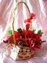 \\Маки\\ 12 конфет ТМ \\ROSHEN\\ - \\Монблан\\ с шоколадной начинкой (красные фантики) и кремом-пралине (зелёные фантики), конфеты \\Красный мак\\; плетёная корзинка, крап-бумага, органза, сизаль.