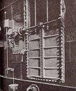 Вертикально опускающиеся двери (на фотографии закрыты)