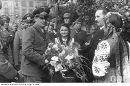 Жители Львова с радостью встречают немецких  освободителей.