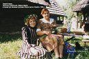 Христина Стебельська йде з Мамою Дарією Стебельською (Когут) на вечірню службу до храму Святого Миколая на Аскольдову могилу