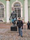 """Біля входу в Ермітаж. Скульптура \""""Ранок або Гельдерлін\"""" М. Люперенца"""