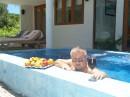 До океана 50 метров и ведёт туда маленькая тропинка... Но здесь, в джакузи, тоже не плохо... Мальдивы, 2006