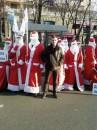 Я на фоне сумасшедших Дедов-Морозов... на Хрещатике, во!