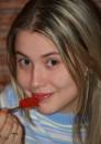 Икру красную и Лофками.....Садистка :)