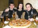 пицца — это пирог с помидорами; много сыра, тертого, много чего в жизни повидавшего; и немного колбасы на любителя