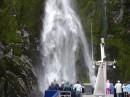 Milford Sound,один из многочисленных водопадов, подходим вплотную!
