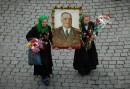 Бабушки-близняшки с портретом маршала Жукова.  ...полная версия на http://samotsvetov.gallery.ru/
