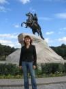 На фоне памятника Петру Великому в Санкт-Петербурге