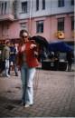 Это я на Старом Арбате знакомлюсь с московской вороной... июнь 2003г