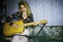 Изгиб гитары жёлтой я обнимаю нежно, струна осколком эха пронзит тугую высь...