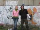 1 мая! день граффити! рисуем! Тут прицепилась одна! ну пришлось сфоткатся! не спрашуйте за что она рукой у меня сзади взялась??? :)))))