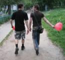 первый засранец с шариком.... второй с кусками от шарика.... ....третий... снимает....