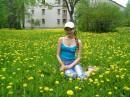 Я около дома в одуванчиках. (27 мая 2007г)